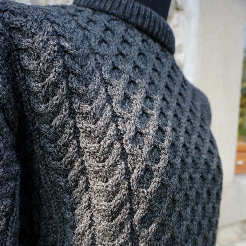 Irischer Aran-Pullover, traditionell mit Zopfmuster